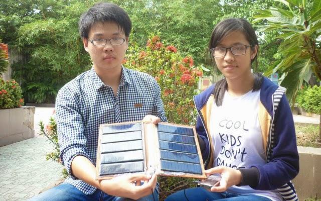 Hai bạn Viên và Tiên bên sản phẩm pin năng lượng mặt trời của mình.  kim oanh