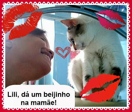 Renata Costa pede beijo para Gata Lili