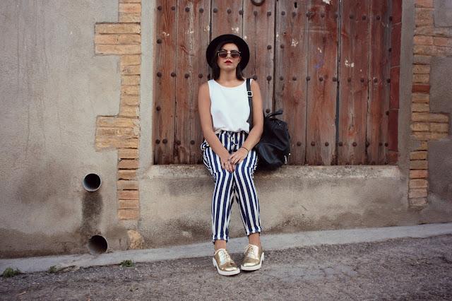 rayas-basico-zapatos dorados-sombrero negro