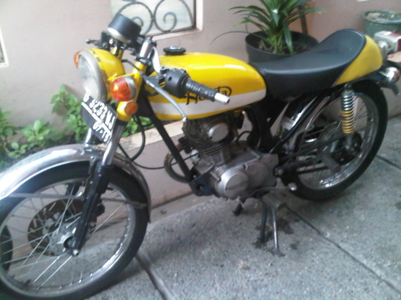 1972 Honda CB 100 SS Yellow Cafe Racer