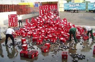 Najsmešnije slike: kamionu se prosule gajbe sa pivima