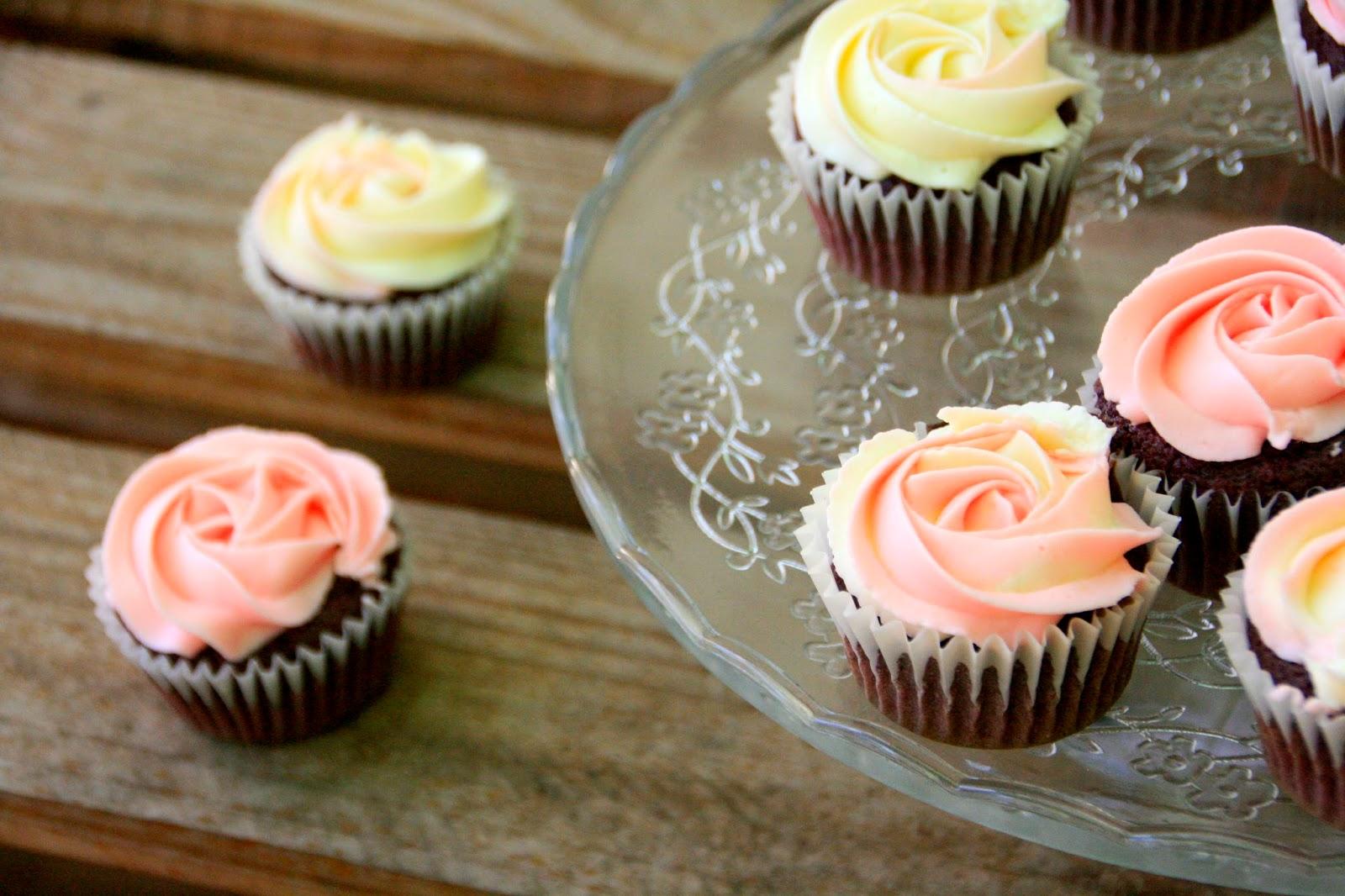 Cupcakes de mora con cobertura de queso fresco