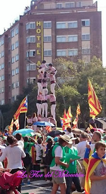 Castellers de Terrassa subiendo el castell