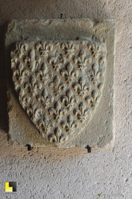 Bas relief blason fleurs de lys château de Carcassonne photo pascal blachier