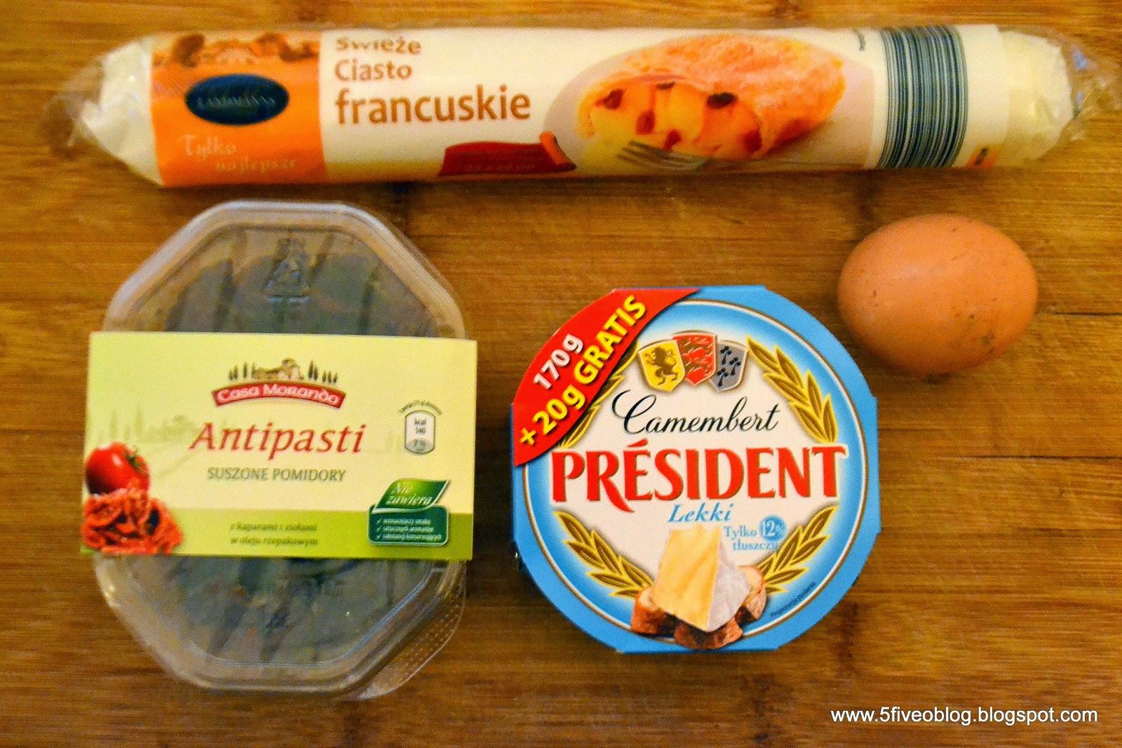 PRZEKĄSKA SYLWESTROWA. Sakiewki z ciasta francuskiego z serem camembert i suszonymi pomidorami.