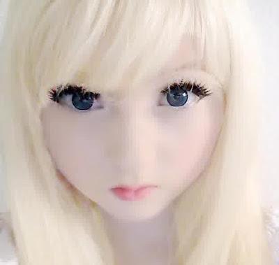 manusia mirip boneka