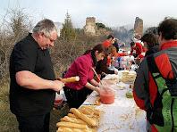Preparant els entrepans de pa amb tomàquet i botifarra