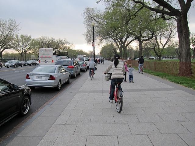 一邊騎自行車一邊拍照