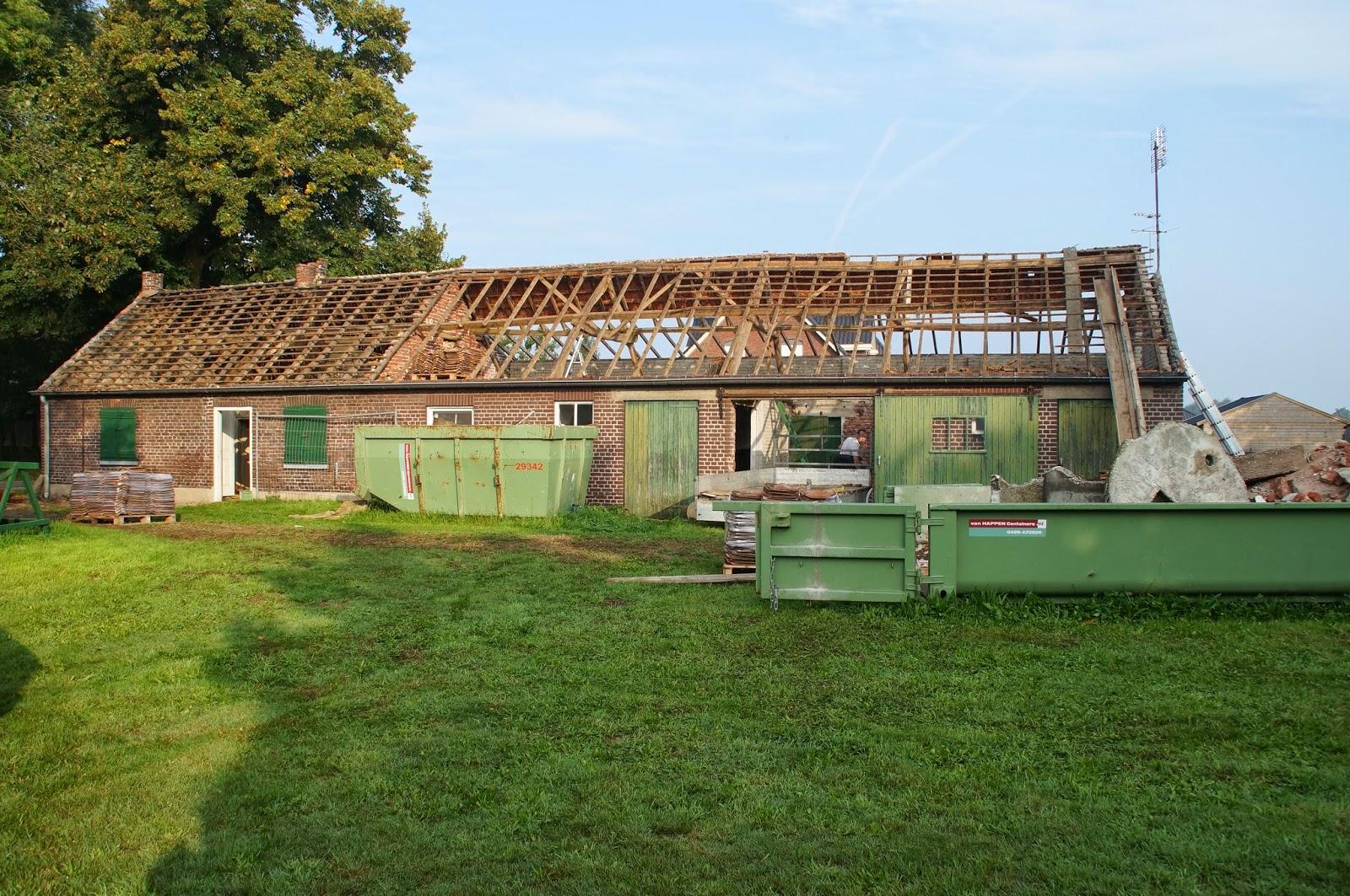 De verbouwing van een jaar oude boerderij binnen is buiten