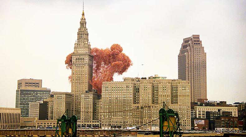 1,5 millones globos liberados causaron caos en un ciudad en 1986
