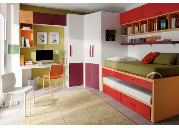 Este dormitorio juvenil con cama compacto lleva una cama for Dormitorios compactos