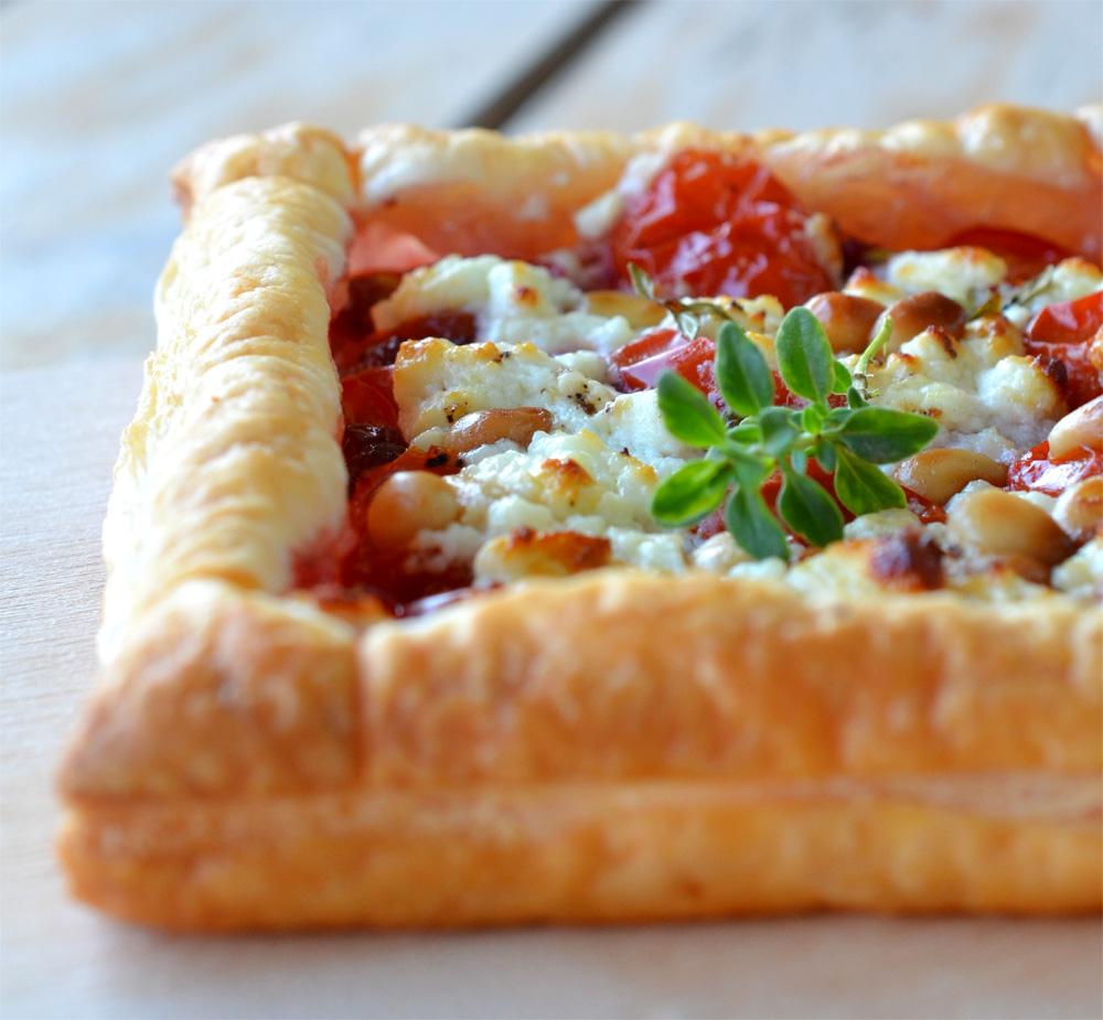 ninas kleiner food blog bl tterteig tartelettes mit tomaten preiselbeeren und zedern ssen. Black Bedroom Furniture Sets. Home Design Ideas