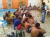 Polícia acaba com festa de menores de idade regada a drogas e orgias sexuais.