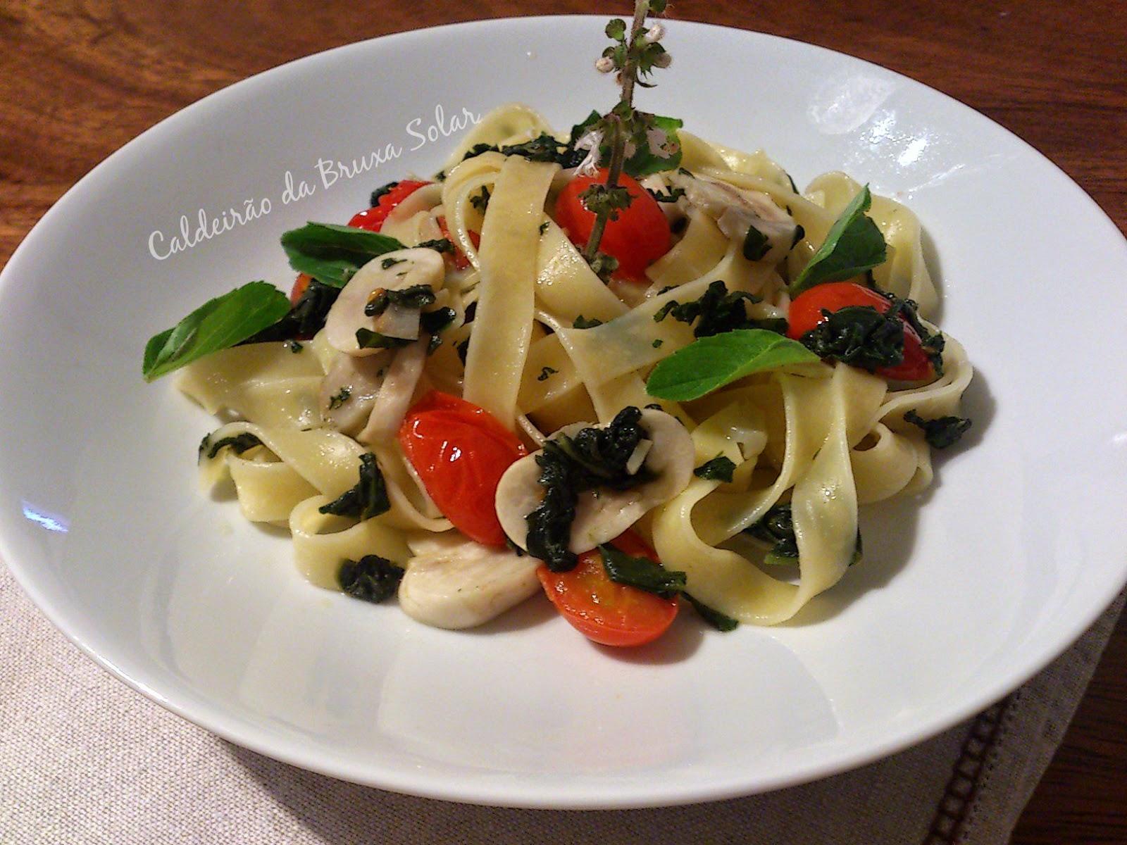 Pappardelle com espinafre, cogumelos e tomates