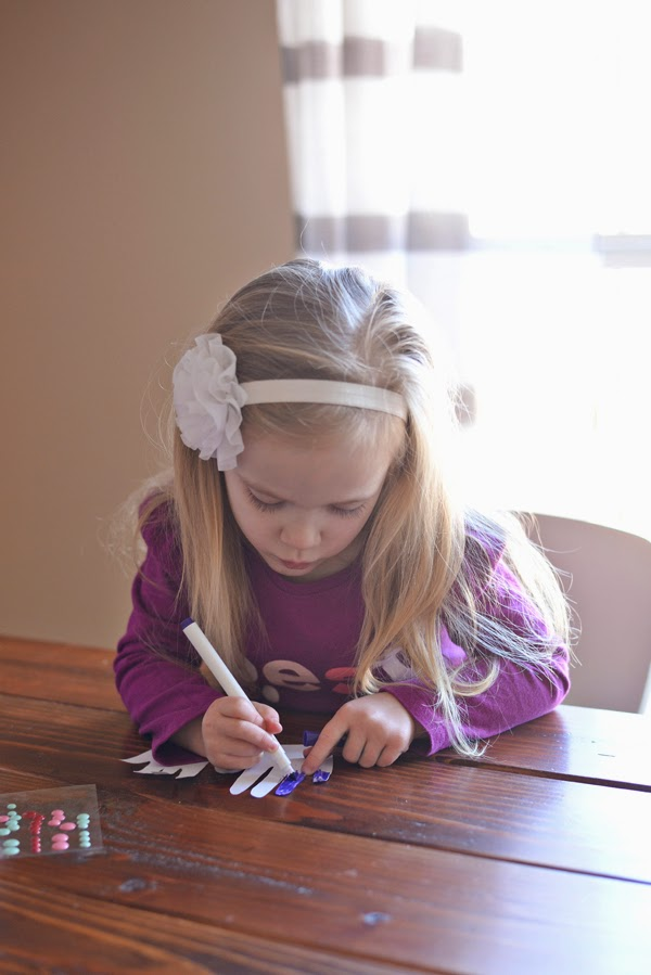 Kids Valentine Craft - Hand Chain | hwescott.blogspot.com