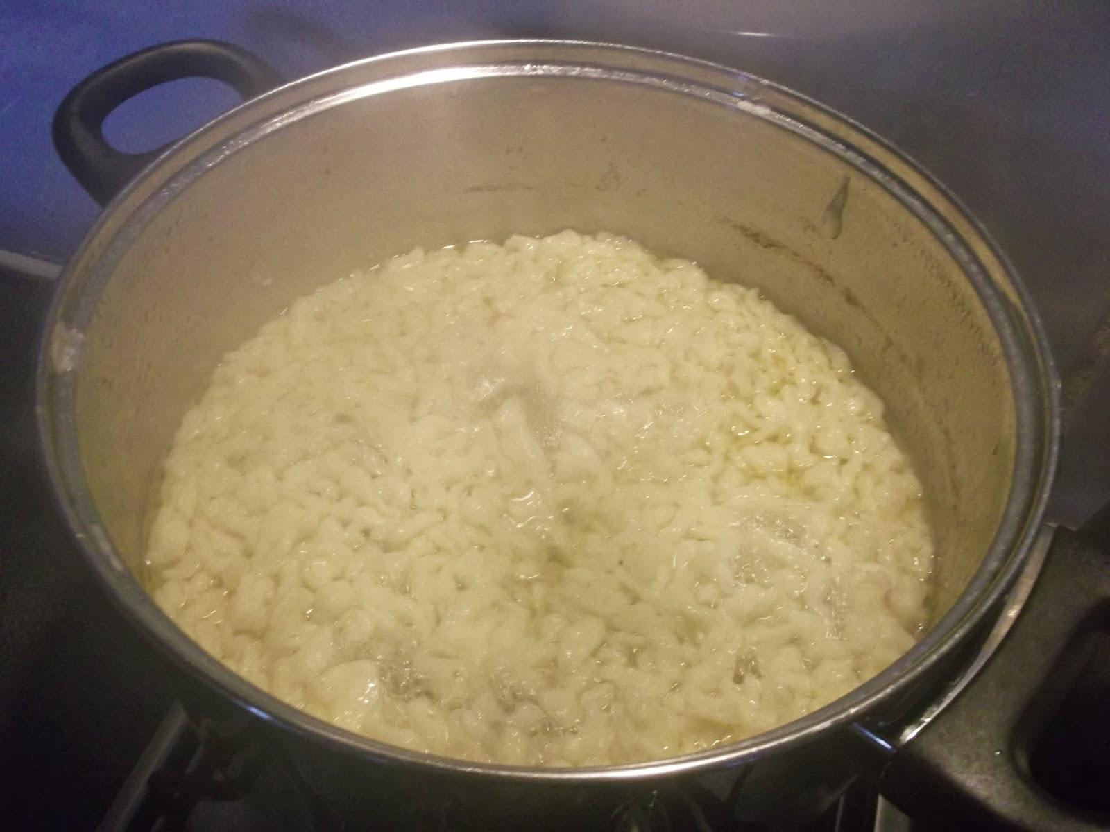 Kluseczki muszą kilka minut pogotować się w zupie
