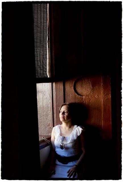 María Eugenia Ramos en la catedral de León, Nicaragua. Foto: Daniel Mordzinski.