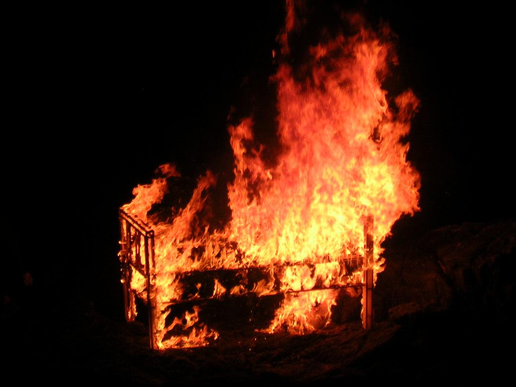 wollt ihr das bett in flammen sehen clickmediaget. Black Bedroom Furniture Sets. Home Design Ideas