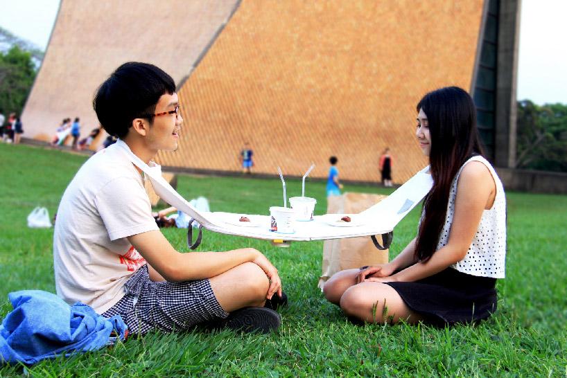 公園でカップルは食事をこうやって食べろ。