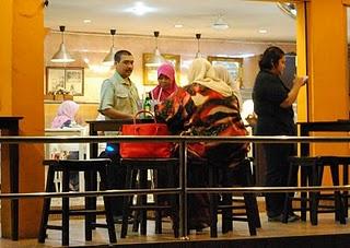 peminta sedekah di shah alam,peminta sedekah pusat komersial,beggars in Shah Alam