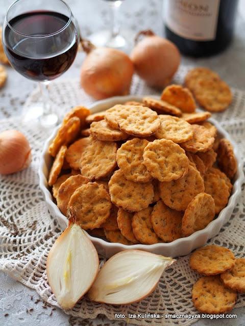 ciastka z cebulą , krakersy cebulowe , przekąski , na imprezę , do chrupania , małe co nieco , ciasteczka wytrawne , krakersiki ,
