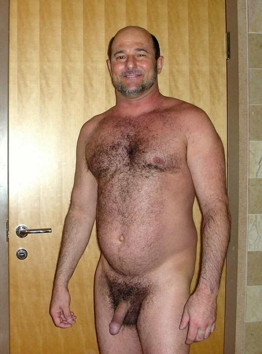 Hombres musculosos con el torso peludo