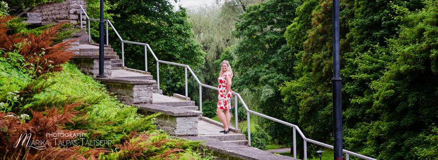 Naine seisab treppidel