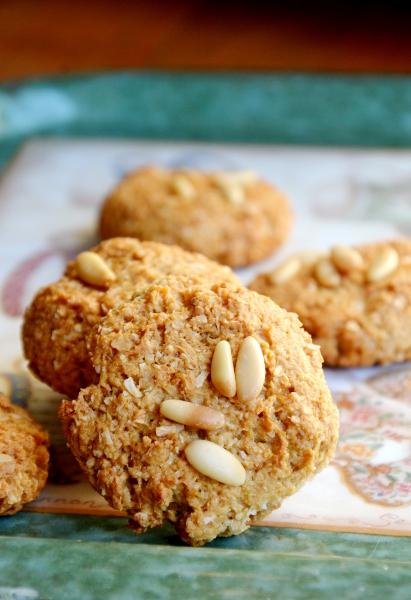 biscotti con farina d'avena, cocco e pinoli