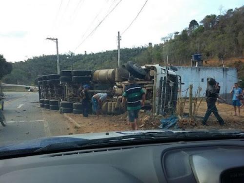 Carreta carregada com bloco de granito tomba no trevo do contorno em Barra de São Francisco