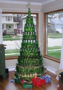 Árvore de Natal com garrafas de vidro perfeita para  restaurantes e bares.
