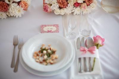 dekoracja weselna róż pudrowy, kwiat przy serwetce