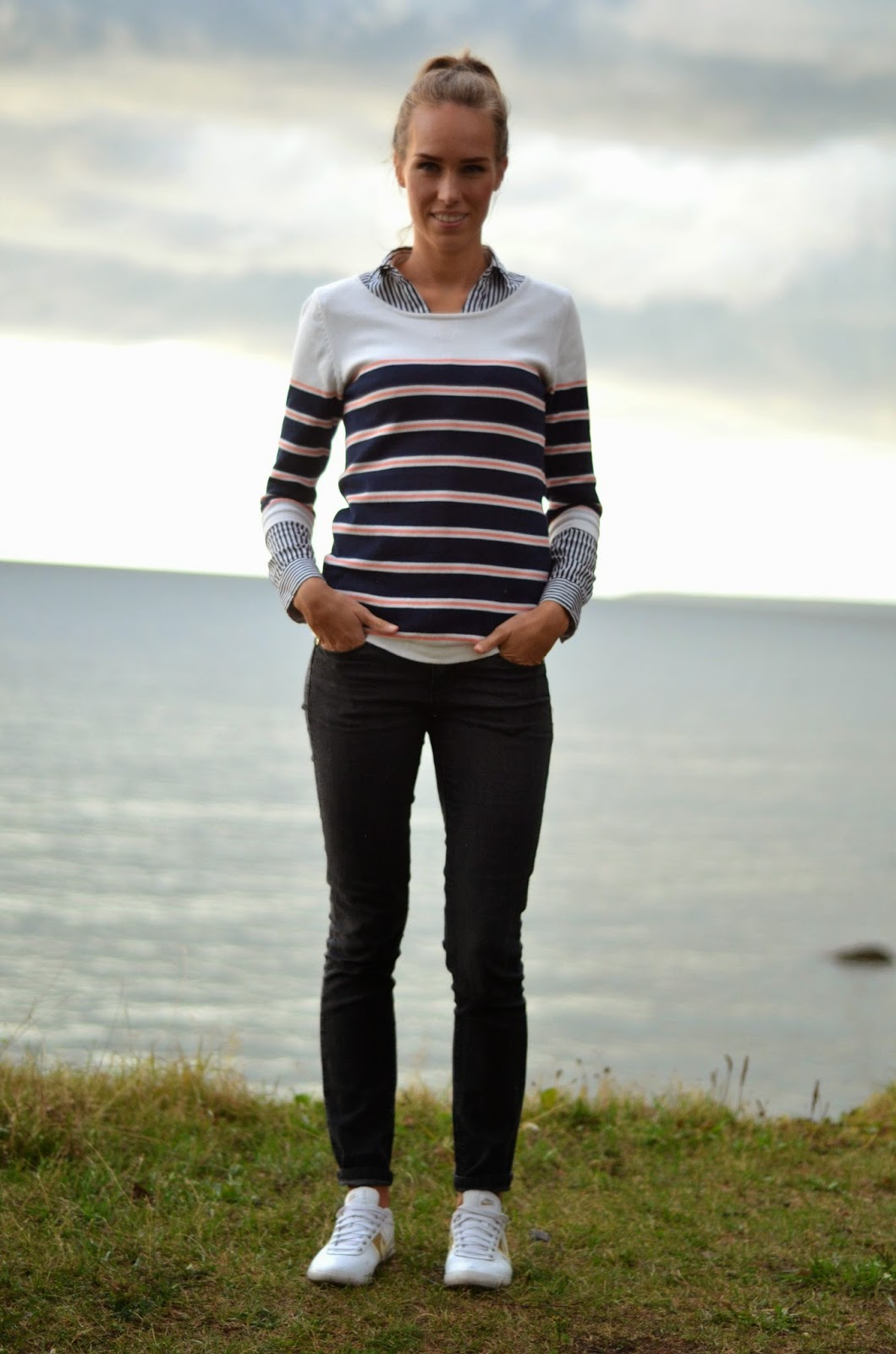 casual-outfit-striped-knit-black-jeans-trainers
