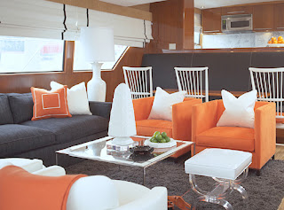 Sofa em desaque com cores fortes