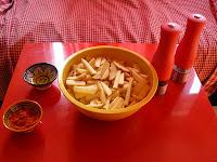 Frites crues, paprika et huile pour prépartaion au four