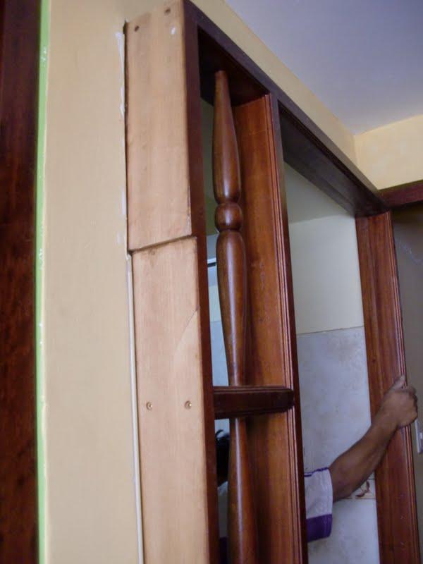 llego el momento de encajar el marco de la puerta como ven entra muy justo es mejor que entre as ya que solo sera trabajo para cepillar un poco