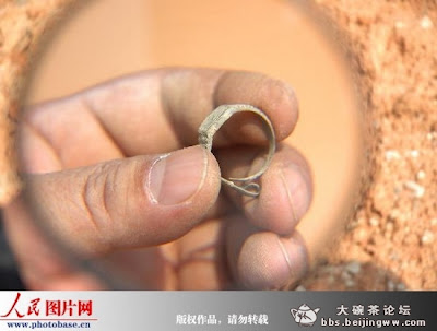 pequeño reloj de anillo suizo encontrado en tumba china de dinastia ming