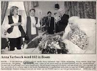 102-jarige Anna  aanhoort de toespraak en kijkt zwijgzaam toe