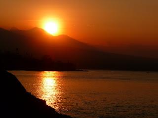 Bali : coucher de soleil sur le village d'Amed