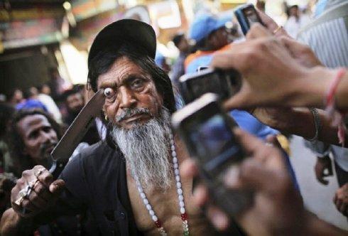 Ritual Cungkil Mata di India