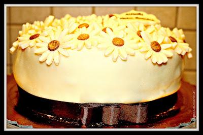 torta con margherite in fiore