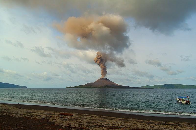 Pantai Anyer Banten, Menyaksikan Kemegahan Gunung Krakatau