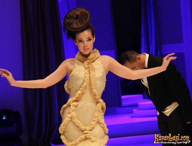 Dewi Sandra tampil dengan fashion unik