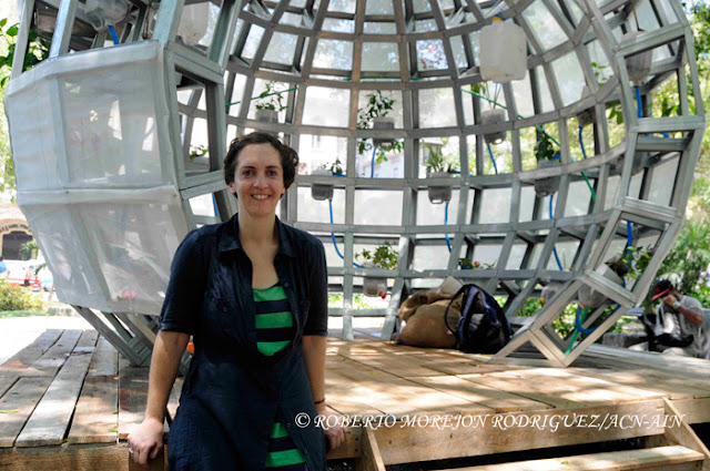 La artista neoyorkina Mary Mattingly posa junto a su obra titulada Pull, Propuesta de un lugar en el medio: sin puerta y sin paredes. Expuesta en el Parque Central, como parte de la XII Bienal de La Habana.