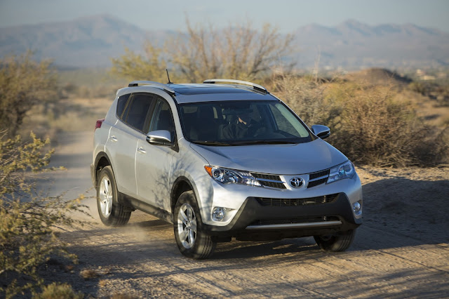 Front 3/4 view of 2013 Toyota RAV4