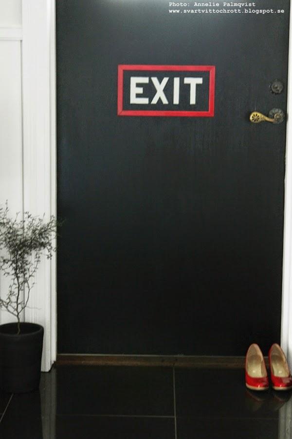 text på dörr, måla vit text på dörren, ytterdörr, renovera ytterdörrar, måla om en ytterdörr svart, svarta dörrar, svart och vitt i hallen, inspiration, renovera dörrar, röd kant, lister runt texten, diy