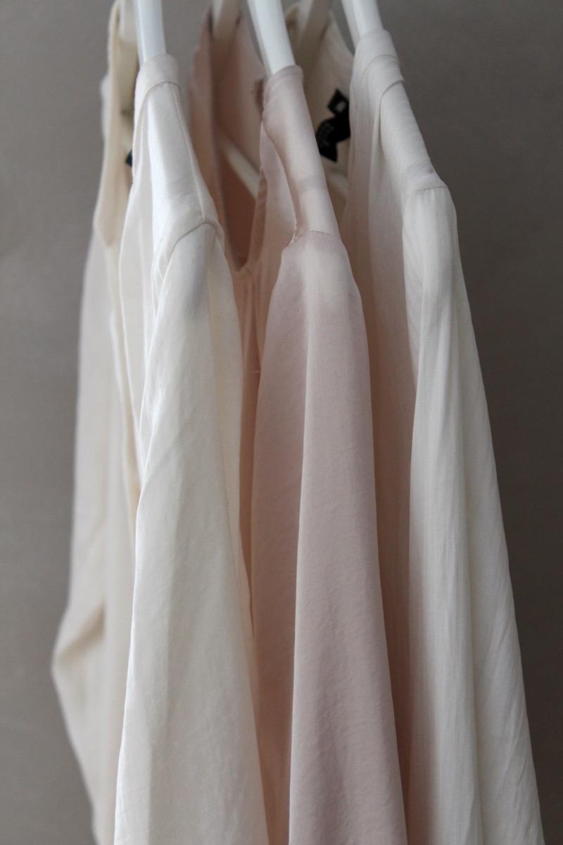 Vaalean sävysiä paitapuseroita