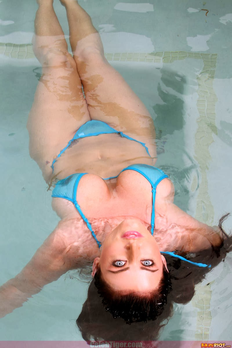 Busty+Babe+Sophie+Dee+Wet+In+Pool+Taking+Off+Her+Blue+Bikini+Posing+Naked www.CelebTiger.com 36 Busty Babe Sophie Dee Wet In Pool Taking Off Her Blue Bikini Posing Naked HQ Photos
