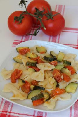 Farfalle z cukinią i pomidorami (Farfalle con le zucchine e pomodorini)