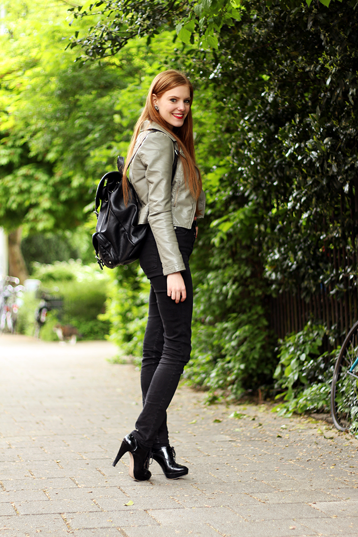 Chique simple fashion blogger outfit high waisted jeans grey leather jacket dutch red long hair nederlands