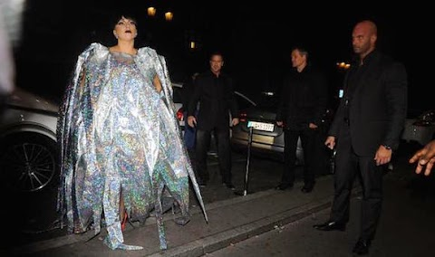 lady gaga e il vestito stella gonfiabile a parigi, video